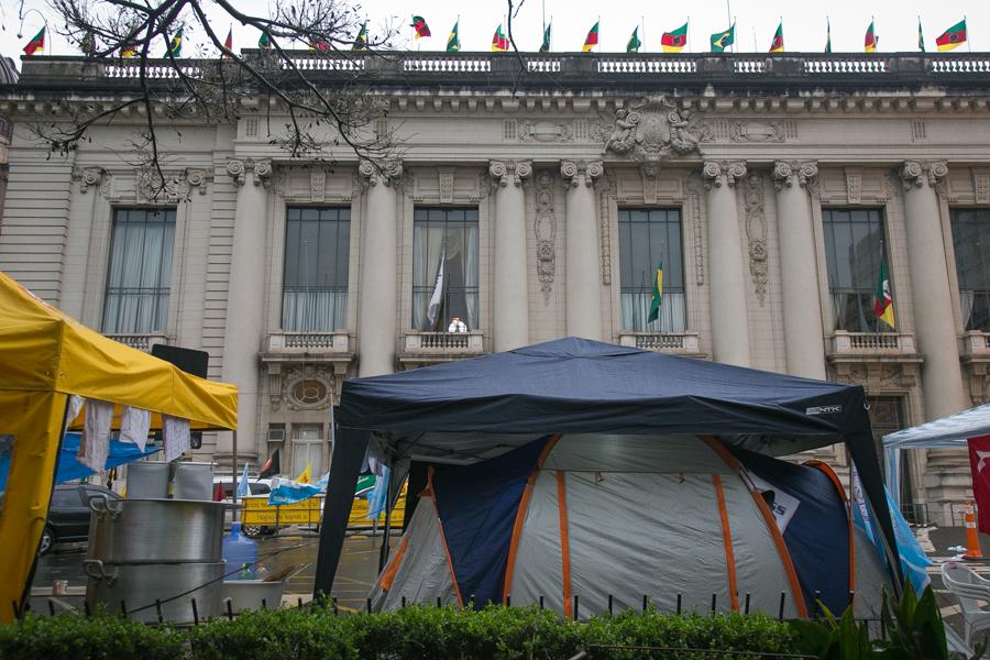 Diferentes categorias de servidores público instalaram barracas na Praça da Matriz, em frente ao Piratini, como forma de pressionar o governo| Foto: Guilherme Santos/Sul21