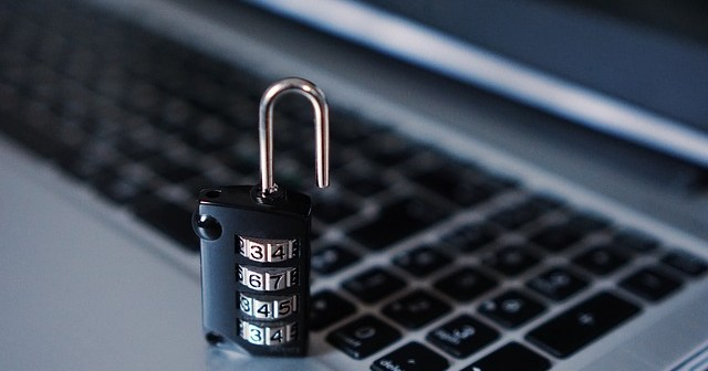 e830b80e28f5093ecd0b470de7444e90fe76e6d21ab813469cf2c3_640_hacker