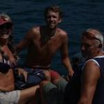 Skippern har vært inne å henta to vinkende, glade pensjonister rett etter at ankeret falt uten for Arguineguin :)