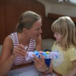 Tante Ingunn får Hello Kitty toalettrull figur av Maren :)