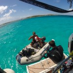 Skippern klar til å være dykkerbåt for Chris og Daniel.
