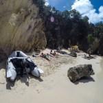 Spinnvill og de styrtrike. Sjekk ut parasollen og teakstolene lengst bort på stranda