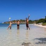 Tre glade seilere som har funnet paradis