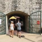 Porten inn til cruisebåt-turistenes store shopping-orama.