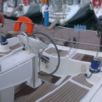 Cockpiten sjarmerte meg med en gang. Her er det plass til komfortabel seiling med flere ombord, og sene ankerdrammer under fjerne himmelstrøk :)