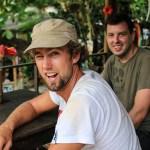 Gutta skal teste det lokale brygget til Jungle Joe...
