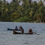 Indianere i Snug Harbour på vei hjem til Playon Chico etter dagens fisketur.