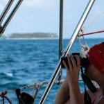 XO på utkikk etter neste ankring, eller kanskje et rev? Allrede har 12 båter sunket bare denne sesongen i San Blas - havet gir og havet tar.