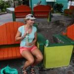 Fjortis drikker Bacardi Eple på krabbebenkene i parken.