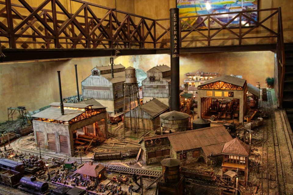 Forseggjort modellbane av romproduksjon på Havana Club destilleriet.