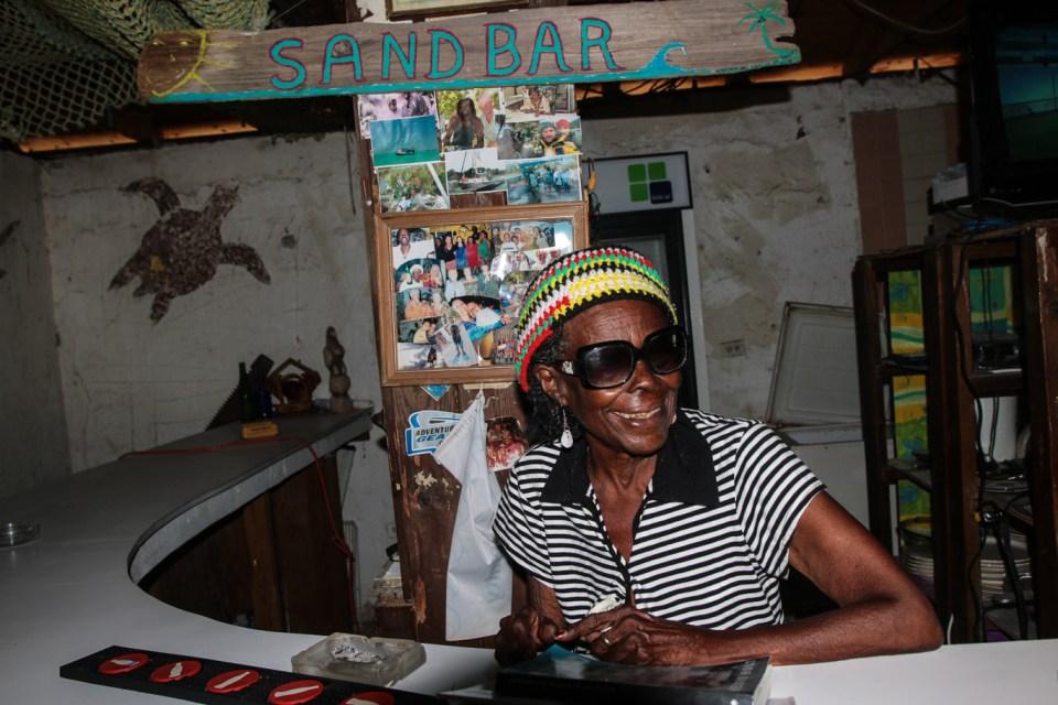 """Delores (84) bartender på Sand Bar tar seg gjerne blås med """"urter"""" flere ganger om dagen."""