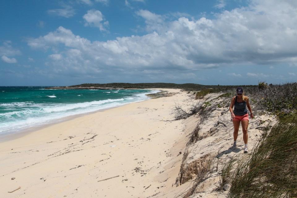 Vandring mot petroglyf-hulene på Rum Cay.