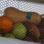 Fruktkurv under solcellepanelene.