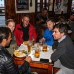 Atalnterhavs-laget er samlet for en velfortjent ankerdram på Peter's