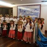 Tradisjonell dans og sang under et portugisisk buffetmåltid