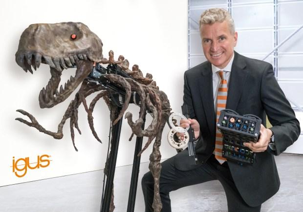 Metalowy element rano, wieczorem już z tworzywa sztucznego – zabawny, metalowy dinozaur jest maskotką tego projektu. Podczas targów hanowerskich, na swoim stoisku firma igus będzie wytwarzać na żywo, w zaledwie osiem godzin, trybologiczne elementy formowane wtryskowo przy użyciu form wykonywanych drukarką 3D. Dyrektor generalny Frank Blase zaprezentuje także inne nowe produkty do zastosowań ruchomych, takie jak koła zębate wykonane drukarką 3D oraz inspirowane biologią elementy odciążenia przewodu. (Źródło: igus GmbH)