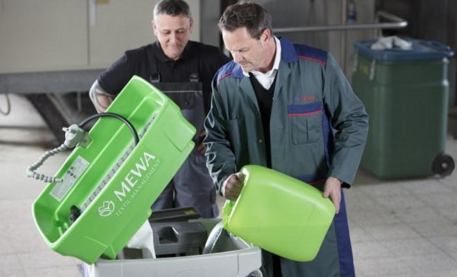MEWA prüft den Füllstand und füllt die benötigte Menge an Reinigungsflüssigkeit nach.