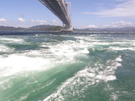 Die Naruto-Meerenge nebst Brücke bei Naruto