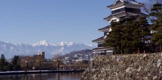 Donjon und Mizuhori der Burg von Matsumoto (Matsuyama-jō), im Hintergrund die Nordalpen
