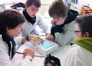 Elèves en cours de réalisation d'une tâche complexe avec un iPad