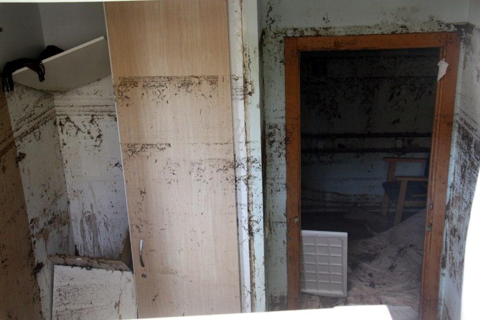 Imatge de l'interior d'una de les habitacions inundades del semisoterrani de la residència geriàtrica d'Agramunt, el 4 de novembre de 2015. (Horitzontal)