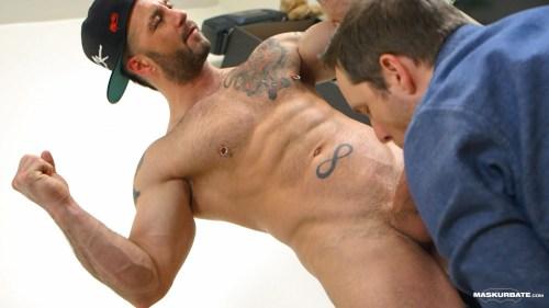bodybuilder-flexing-naked