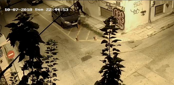 Ο δράστης ανοιγόκλεινε την πόρτα του οδηγού χτυπώντας και στο πρόσωπο τον Απόστολο Γαλάτη