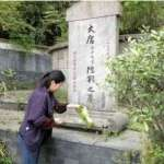 Sweeping LuYu's Tomb