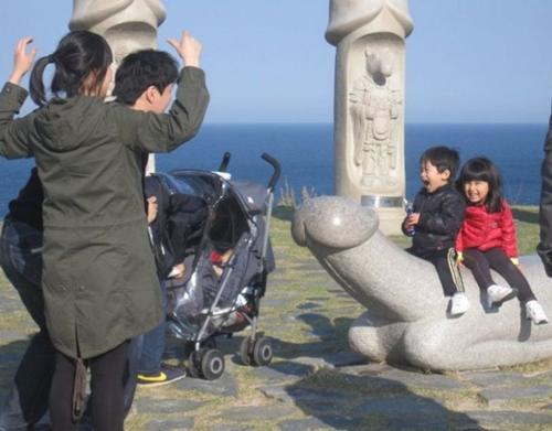 kids sitting on penis statue  worst family photos funny pictures random awkward family photos lol