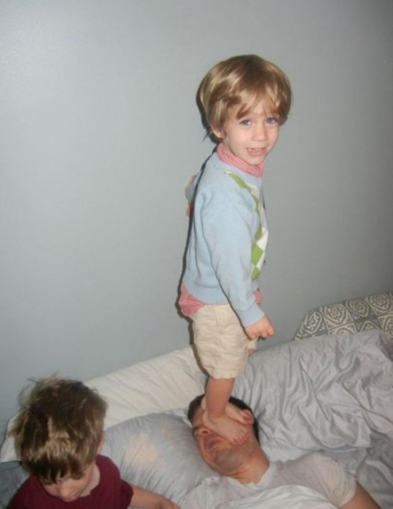 kid standing on dad's face, sleeping dad, Family Photos, worst family pictures, funny pictures, awkward family photos bad family stupid fotos lol lmfao
