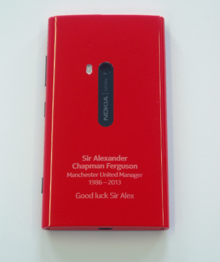 Nokia gives Alex Ferguson a custom Red Lumia 920