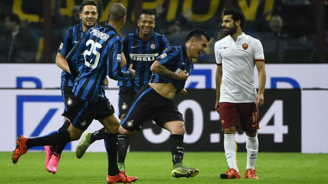 Inter Milan's Chilean midfielder Gary Medel (C) celebrates after scoring during the Italian Serie A football match Inter Milan versus AS Roma on October 31, 2015 at the San Siro Stadium in Milan. AFP PHOTO / OLIVIER MORIN        (Photo credit should read OLIVIER MORIN/AFP/Getty Images)