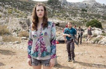 Melanie trägt das optimale Outfit zur Zombiejagd