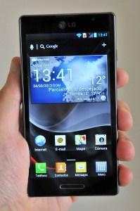 LG Optimus L9 en la mano