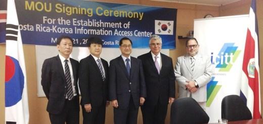 Representantes de Corea y autoridades del Ministerio de Ciencia, Tecnología y Telecomunicaciones (Micitt) de Costa Rica, durante la firma del acuerdo. Imagen: Micitt.