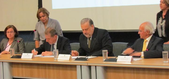 Firma de acuerdo entre Telebras e IslaLink. Imagen: Telebras
