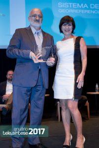 Áurea Lopes, editora do site PontoISP, entrega o prêmio de 1º lugar na categoria Operadoras Regionais para Basilio Rodriguez Perez, diretor de operações da Bignet.