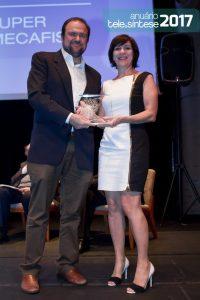 A jornalista Áurea Lopes, representando Juliana Costa da Silva, CEO da Creatrix Hexa, recebe o prêmio de 1º lugar na categoria Desenvolvedores de Apps e Conteúdo. O troféu foi entregue por Daniel Annenberg, secretário de Inovação e Tecnologia da cidade de São Paulo.