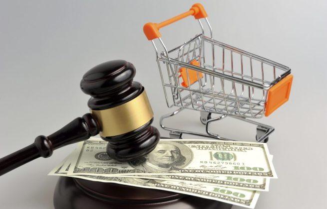 Hammer of judge, pushcart and money on gray background - julgamento consumo martelo justica leilao loja virtual e-commerce carrinho de mercado