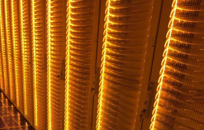 Racks iluminados do novo data center da HostDime