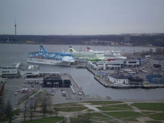 1024px-Ships_in_the_port_of_Tallin