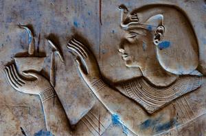 Faraone facendo una oferta per la salute del suo popolo