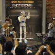 Harry หุ่นยนต์เล่นทรัมเป็ต หนึ่งในโครงการ Partner Robot ของโตโยต้า ได้ขึ้นเล่นดนตรีครั้งสุดท้ายเมื่อวันอาทิตย์ที่ 10 มิถุนายนที่ผ่านมา จากนั้นจะถูกปลดประจำการและนำไปตั้งแสดงที่Toyota Kaikan Exhibition Hall เจ้า Harry นี้ถูกสร้างขึ้นตั้งแต่ปี พ.ศ. 2548 เพื่อแสดงในงาน Aichi Expo และตั้งเป้าไว้ว่าจะใช้แสดงเป็นเวลา 3 ปี ซึ่งมันก็ได้ทำหน้าที่เกินความคาดหวังไว้อย่างมาก Harry ได้ถูกนำไปแสดงในหลายประเทศ และเล่นทรัมเป็ตรอบละ 5 นาที วันละ 6 รอบที่สถานีนาโกยา การเล่นทรัมเป็ตของ Harry อาศัยปอดเทียมที่ขับเคลื่อนด้วยกระบอกสูบ เป่าผ่านปากที่ทำด้วยยาง นิ้วมือแต่ละนิ้วสามารถกดลงบนทรัมเป็ตเพื่อสร้างเสียงของโน้ตต่าง ๆ สาเหตุที่ Harry ถูกปลดประจำการเพราะอายุการใช้งานที่มาก ทำให้มีหลายส่วนสึกหรอไป ชิ้นส่วนที่จะนำมาซ่อมแซมหลายชิ้นก็หาไม่ได้แล้ว ดูวิดีโอการเล่นทรัมเป็ตของ Harry ได้ท้ายข่าวครับ ภาพและที่มา PlasticPals