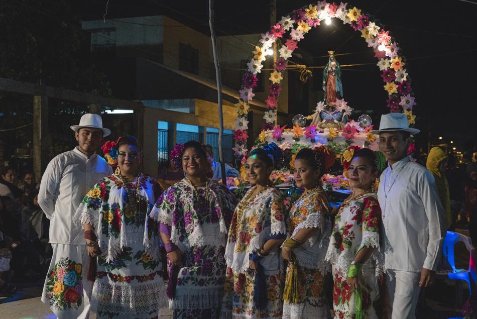 Mestizas celebrando el día de la virgen de guadalupe