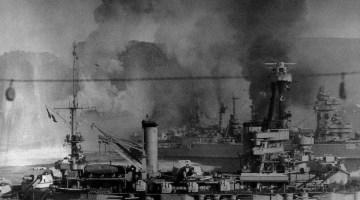 """Mers-el-Kébir, le 3 juillet 1940 vers 16h59. Vue prise du Dunkerque vers le Sud. Vous voyez le """"Provence"""" immobile, le """"Strasbourg"""" qui sort, le """"Bretagne"""" qui brûle."""