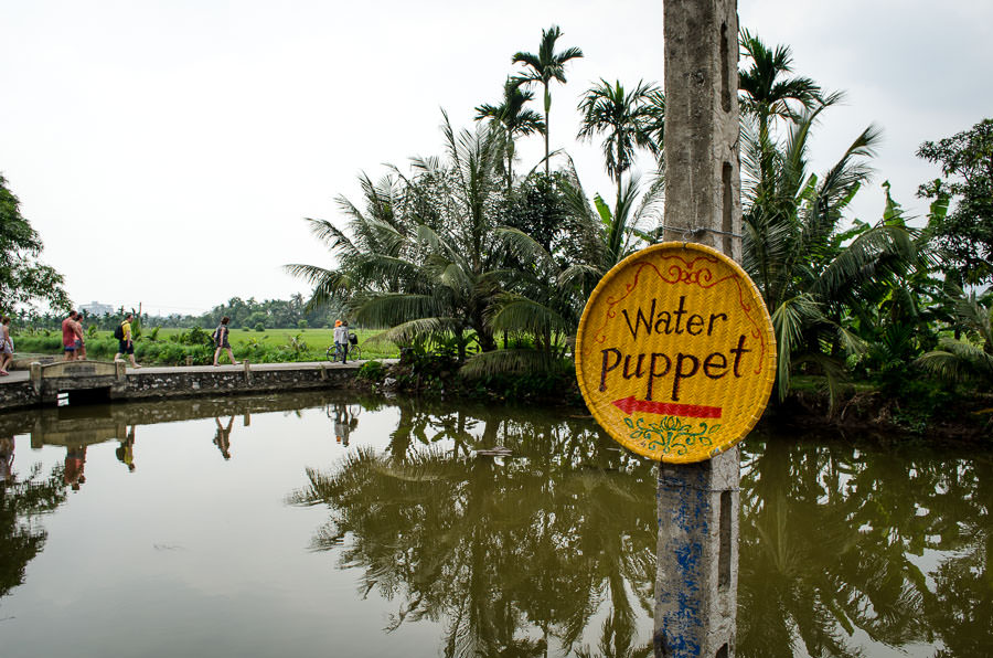 Sign pointing the way to water puppet show.