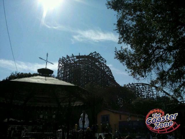 Cuando los visitantes entran al parque, la primera imagen que tienen es esta bella postal con Medusa Steel Coaster