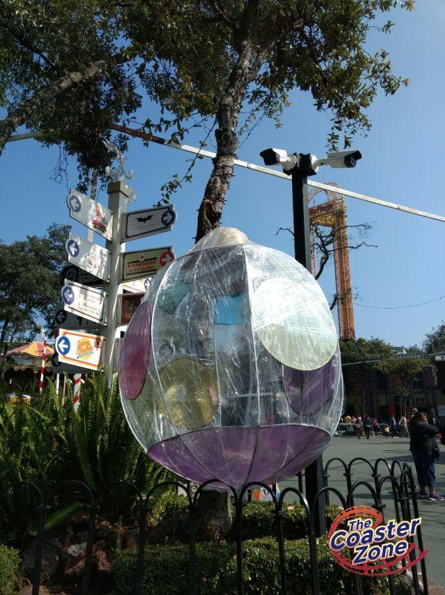En el parque hay varios adornos gigantes.