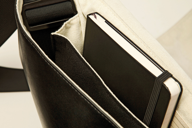 Moleskine-Travelling-Collection-Messenger-Bag-04