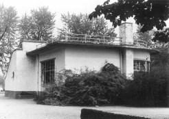 Theehuis de Goffert in verval met begroeing